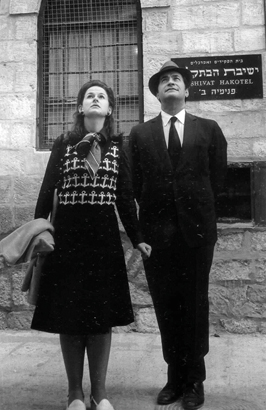 Maurice and Vivienne Wohl by the Yeshivat Hakotel